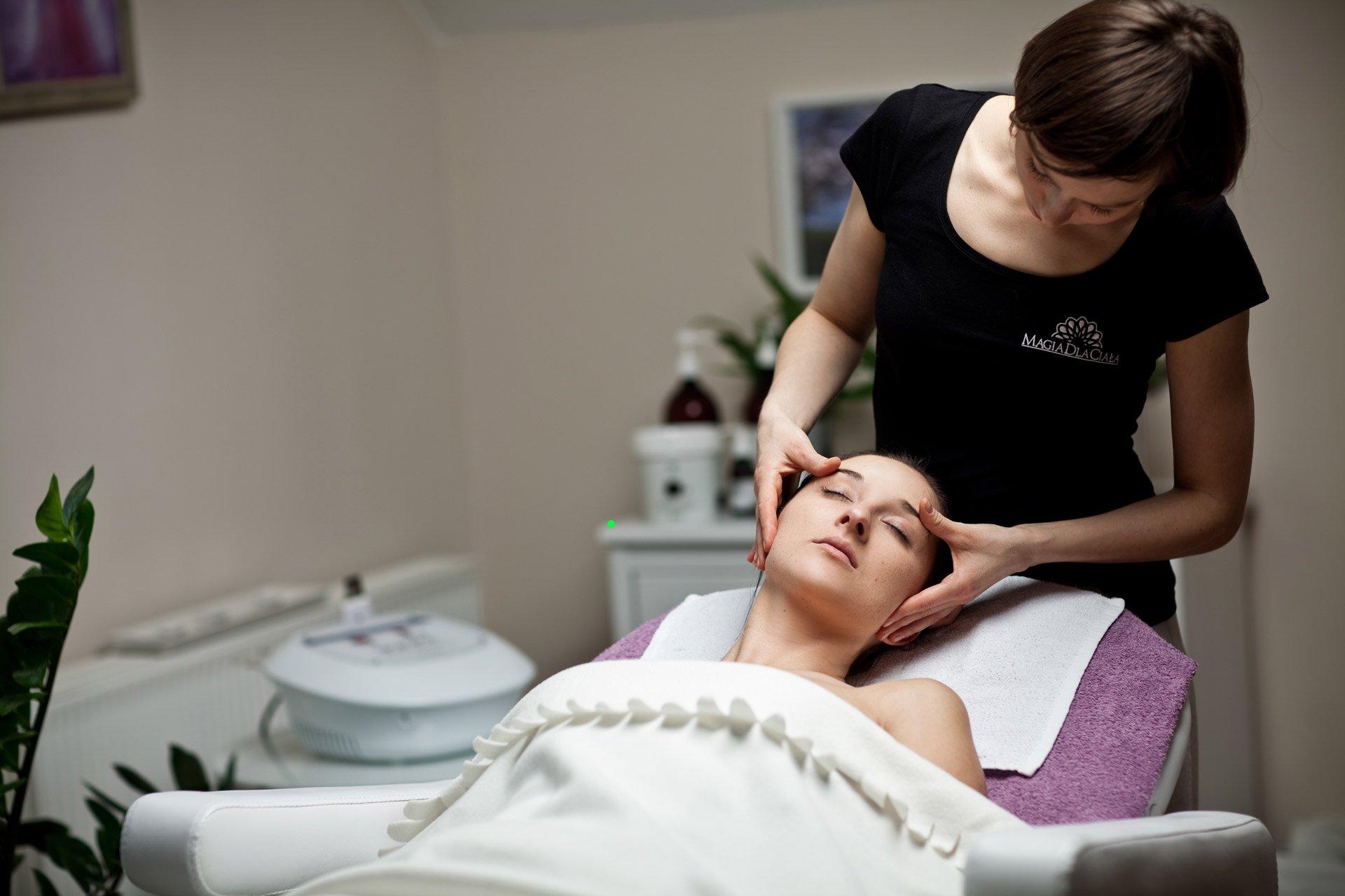 Masaż pielęgnacyjny twarzy, szyi i dekoltu